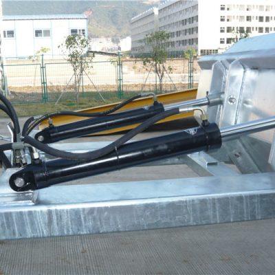 """Лесен за употреба позитивен заклучен механизам. Безбедносниот ланец обезбедува опашка за ракување со возилото. Заварените шевови спречуваат истекување. Длабоки отвори за вилушка. 2 """"формирани врвни усни. Висока видливост сина емајл заврши"""